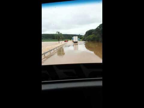 Rio Transborda em Taquarivai entre Capão bonito...