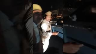 UP police ki gundagardi mahila ko gali dete hua..Allahabad