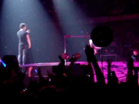 Un fan salta al escenario en un concierto de los Jonas Brothers