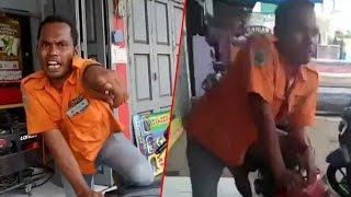 Video Seorang Tukang Parkir di Depan Minimarket Bikin Emosi Jiwa 3 Cewek, Perhatikan Gerakan Tangannya! MP3, 3GP, MP4, WEBM, AVI, FLV November 2017
