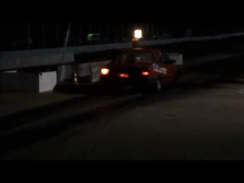 chevet quase bate no muro de pista de arrancada em saltinho