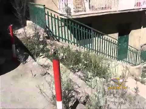 Degrado e sporcizia in alcune vie del centro a Favara. 11 giorni dopo la segnalazione di un cittadino: ''Campa cavallo che l'erba cresce''