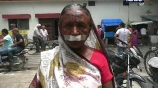 गोरखपुर में कलियुगी पति के अत्याचार से परेशान को महिला ने एसएसपी से मदद की गुहार लगाई है. महिला ने अपने पति पर आरोप लगाते हुए कहा है कि आए दिन शराब पीकर उसकी पिटाई की जाती है. इतना ही नहीं पुलिस में शिकायत करने की बात पर जालिम पति ने कुछ दिनों पहले महिला का होंठ काटकर घायल कर दिया. एसएसपी ने आरोपी पति के खिलाफ घरेलू हिंसा के तहत केस दर्ज करने के साथ ही उसे जेल भेजने का भी आदेश दिया है.