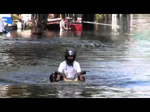 """泰國水患奇景 """"水中摩托車"""