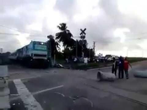 Sindicalistas colocam tubo de concreto na frente de trem em alta velocidade e quase prov..