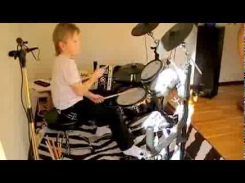 dansband - 8-årig trummis spelar Drummy rock!!