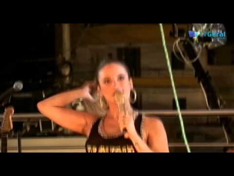 Claudia Leitte emociona fãs na Micareta de Feira 2015