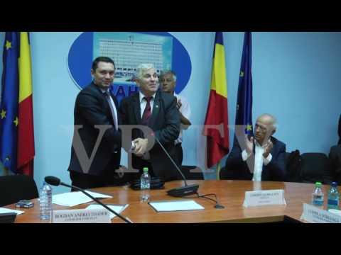 Momentul în care consilierul Alexandru Bănică vrea să-i pupe mâna președintelui CJ Prahova, Bogdan Toader