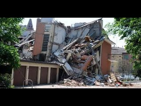 Deadly 6.5 EARTHQUAKE Slams ITALY | 247 Dead, Town Disappear 8.24.16