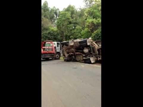 AUTO SOCORRO PARANÁ GUINCHOS EM ATIVIDADE - DESTOMBAMENTO DE CAMINHÃO EM IMBAU - PARANÁ