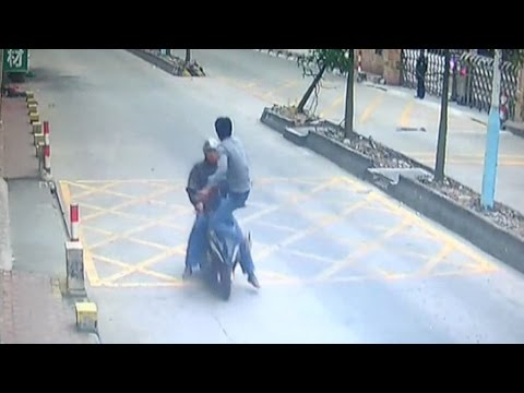 Guy kicks thief off speeding motorbike to retrieve stolen