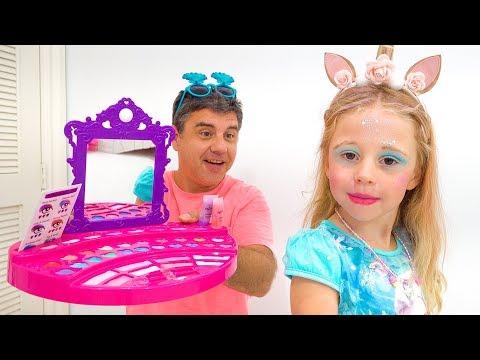 Настя учится пользоваться детской косметикой