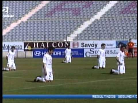 「[サッカー]給料未払いへの抗議。キックオフ直後、選手がピッチに膝立ち。」のイメージ