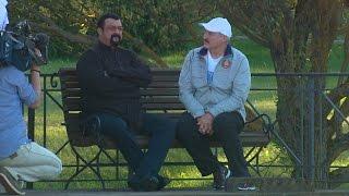 Картофель, сало и арбуз: Лукашенко принял в загородной резиденции актёра Стивена Сигала