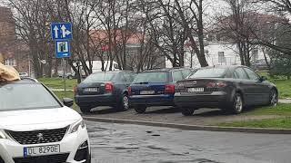 Proboszcz jeździ autem po mieście i macha krzyżem wystając przez szyberdach :D