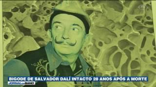 A exumação do corpo de Salvador Dalí revelou que o famoso bigode do pintor surrealista continua intacto, quase 30 anos depois da morte.
