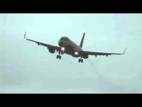 Самолет почти завис в воздухе из-за сильного ветра