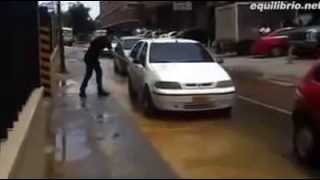 How To Cross A Wet Road :)) Smart Guy!