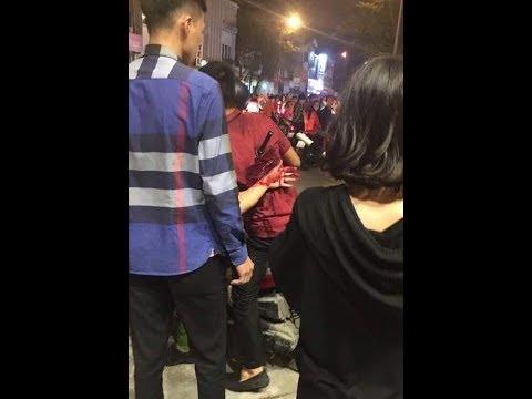 2 bên phang nhau chưa rõ lí do, ông áo đỏ cầm điếu cày phang người ta và bị đối thủ xiên phát vào lưng