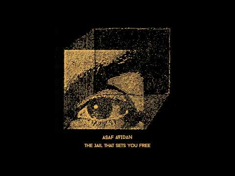 Tekst piosenki Asaf Avidan - The Jail That Sets You Free po polsku