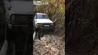 Hardcorowy kierowca i jego przeprawa nad osuwiskiem. Niejeden by zleciał