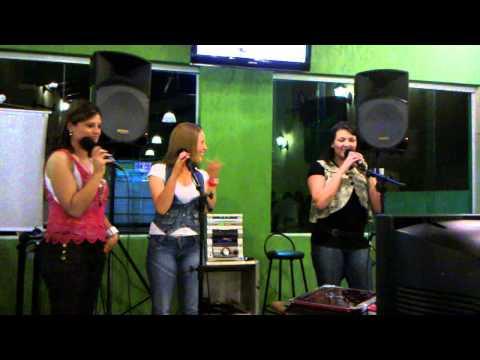 Gaby, kaka e carla cantando no karaoke do bananas em aruja sp