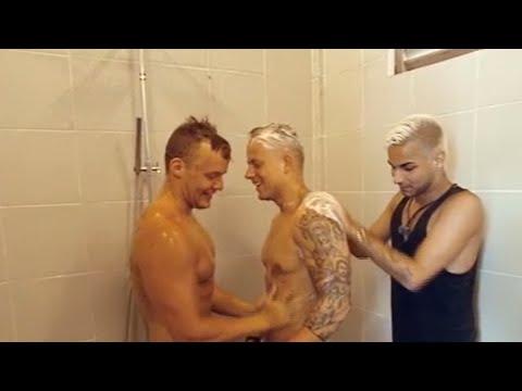 Savas vådedrøm - sæber drengene ind under bruseren