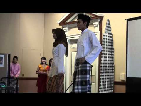 milan fashion silate - The models were wearing the Malaysian traditional clothes which include Baju Melayu, Baju Kurung, Cheongsam, Sari and Baju Kebaya - Malaysian Cultural Exhibi...