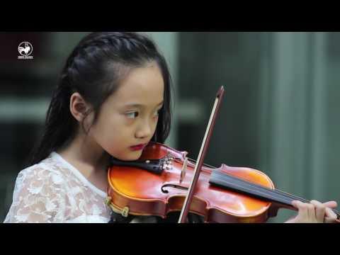 Bé gái xinh như thiên thần vừa đánh đàn piano vừa chơi violon siêu