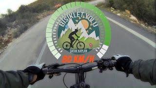 Yokuş Aşağı Pedal Çevirmeden Bisiklet Sürmek Gibisi Varmı ?Uçmak Hissine en yakın his olabilir : )(İniş videosu Kanlıdivane gezisine aittir)Lütfen Sosyal Medya Hesaplarımızı Takip edin 🚴 Facebook: https://www.facebook.com/BisikletYolum/📷 İnstagram: https://www.instagram.com/safakbisikletyolu/🎥 YouTube: https://www.youtube.com/bisikletyolu