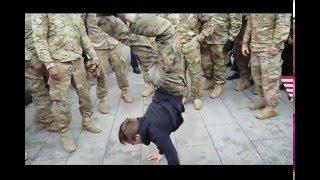Polski nastolatek zagiął amerykańskich żołnierzy robiąc pompki stojąc na rękach!