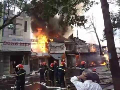 Cháy lớn thiêu rụi hàng loạt căn nhà tại TP Buôn Ma Thuột