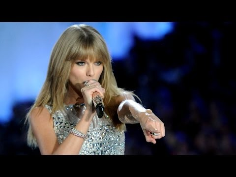 "Taylor Swift Performs ""I Knew You Were Trouble"" at Victoria's Secret Fashion Show 2013!"