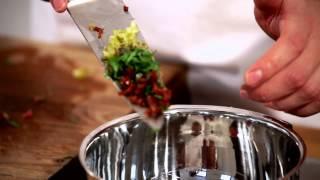 Wie bereitet man am besten ein Beef Tatar zu? Das Video zeigt, wie's geht und was man dabei beachten sollte. Weitere Rezepte...