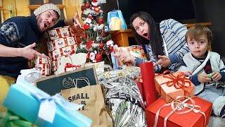 PAPAI NOEL ENTROU NA MINHA CASA NO NATAL!! Ganhamos Muitos Presentes de Natal