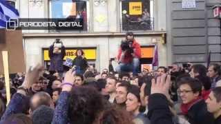 Manifestante gritando '¡Juan Carlos, aguanta!' en la marcha de Podemos