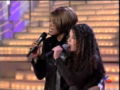Whitney Houston canta a sorpresa con una Fan in un Talent Show