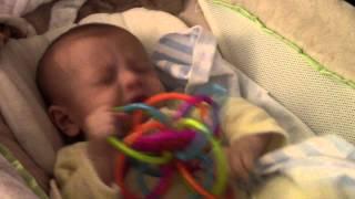 طفل يعطس 100 مرة في 90 ثانية
