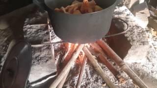 Video hướng dẫn làm gà hấp muối, nguyên liệu chuẩn bị đơn giản: 1 con gà ta, sả cây, lá chanh và đặc biệt muối hạt. Các bạn theo dõi cách mình làm nha