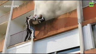 Imigranci wyciagają dziadka z płonącego mieszkania