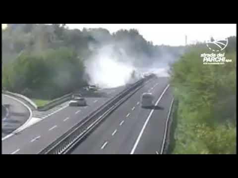 Il Tir piomba sulle auto in coda: il tamponamento sulla A24 VIDEO