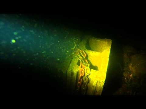 潛水員第一人稱的視角看到水中有一部嬰兒車....