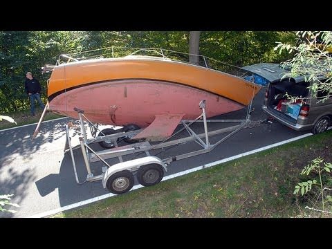 Vöhl: Segelboot stürzt von Anhänger auf Straße