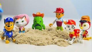 """Мультфильм Щенячий Патруль #PawPatrol с игрушками #дляДетей на детском развивающем канале Носики Курносики. В этой #мульт истории Шериф Келли будет помогать своему другу кактусу Тоби, который сильно загрустил. А как известно, все кактусы очень любят песок. Помогать шерифу Келли подбодрить Тоби будет #ЩенячийПатруль, а именно #Маршал, #Гонщик, #Райдер и #Крепыш, которые привезут для Тоби кинетический песок. Давайте посмотрим, поможет ли эта затея, вернуть кактусу радость и хорошее настроение.Найти игрушки Шериф Келли и её друзья можно здесь: http://www.kiddisvit.ua/brands/sheriff-callie/nabor-figurok-sherif-kelli-%E2%80%93-pyaterka-sherifa-kelli-kelli-klyuvik-tobi-luchik-priscilla-66015Игровой набор-дом """"Шериф Келли"""" - МОЛОЧНЫЙ САЛОН КОРОВЫ ЭЛЛЫ http://www.kiddisvit.ua/brands/sheriff-callie/igrovoy-nabor-dom-sherif-kelli-molochnyy-salon-korovy-elly-66180Песок для детского творчества WACKY-TIVITIES (KINETIC SAND ORIGINAL) http://www.kiddisvit.ua/brands/wacky-tivities/pesok-dlya-detskogo-tvorchestva-kinetic-sand-original-naturalnyy-cvet-910-g-71400Подписаться на канал Носики Курносики http://goo.gl/tq5oK1Щенячий Патруль все серии подряд: https://goo.gl/7OLi2OПодписаться на канал Носики Курносики http://goo.gl/tq5oK1ЕЩЁ ИНТЕРЕСНЫЕ КАНАЛЫ ДЛЯ ДЕТЕЙ:Курносики Junior4+ https://www.youtube.com/channel/UCQWg3E4rf9PS1ThMpuTiOuw Корзина Игрушек https://www.youtube.com/channel/UCIn-bm53CC7ZuWSlBjLq1UQМузыка: http://incompetech.com/music/royalty-free/http://audionautix.com/"""