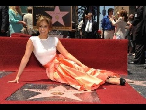 devela - Jennifer Lopez devela su estrella en Hollywood. Jennifer López develó el jueves su estrella en el Paseo de la Fama de Hollywood acompañada de familiares, col...