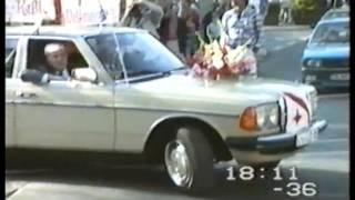 Die Bevölkerung in Witten grüßt die Weltmeister 1985 bei einem Autokorso durch die Innenstadt. Bürgermeister Friedhelm Trepper gratulierte mit Riesenbären von der gleichzeitig stattfindenden Zwiebelkirmes.