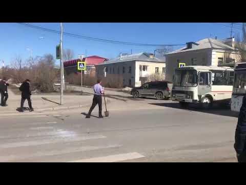 В Кемерове неадекватный мужчина с лопатой «напал» на автобусы