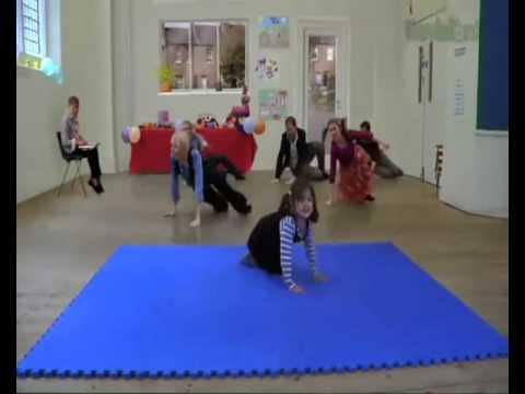 Танцующая девочка необычно яркая вирусная реклама