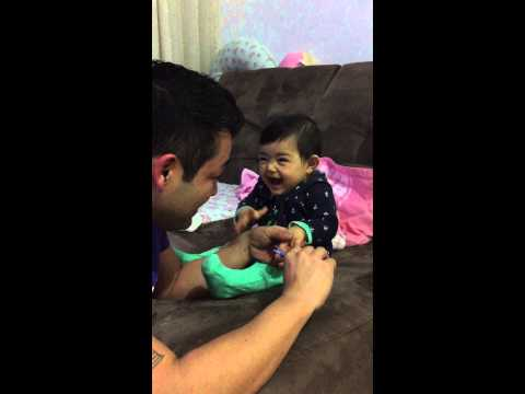 Babası tırnaklarını keserken gülme krizine giren dünya tatlısı bebek !