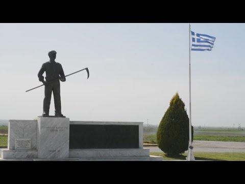 Η Λυδία Κονιόρδου στο χώρο του μνημείου του αγρότη στο Κιλελέρ